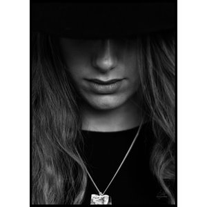 HAT PORTRAIT CLOSE UP B&W – Poster 50×70 cm
